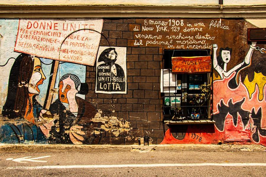 Pintura mural que reivindica los derechos de la mujeres. Habla de la lucha femenina y del 8 de Marzo. Orgosolo. Cerdeña