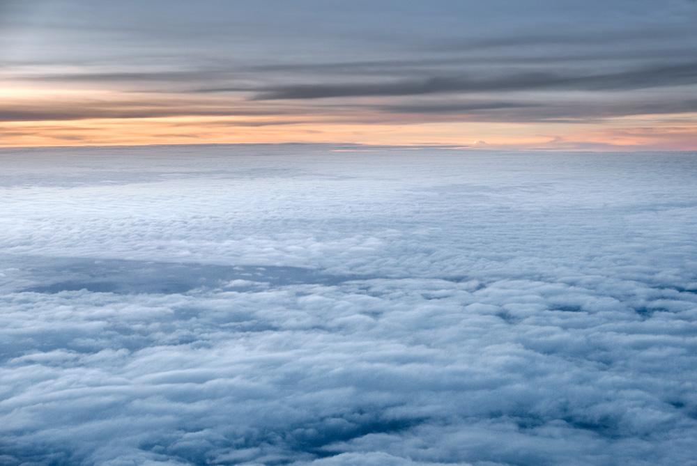 Mar de nubes vista desde un avión. Como conseguir vuelos baratos