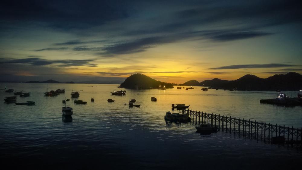 Pues de sol en el puerto de Labuan Bajo. RUTA ISLA DE FLORES. INDONESIA. VIAJE EN MOTO 5 ETAPAS
