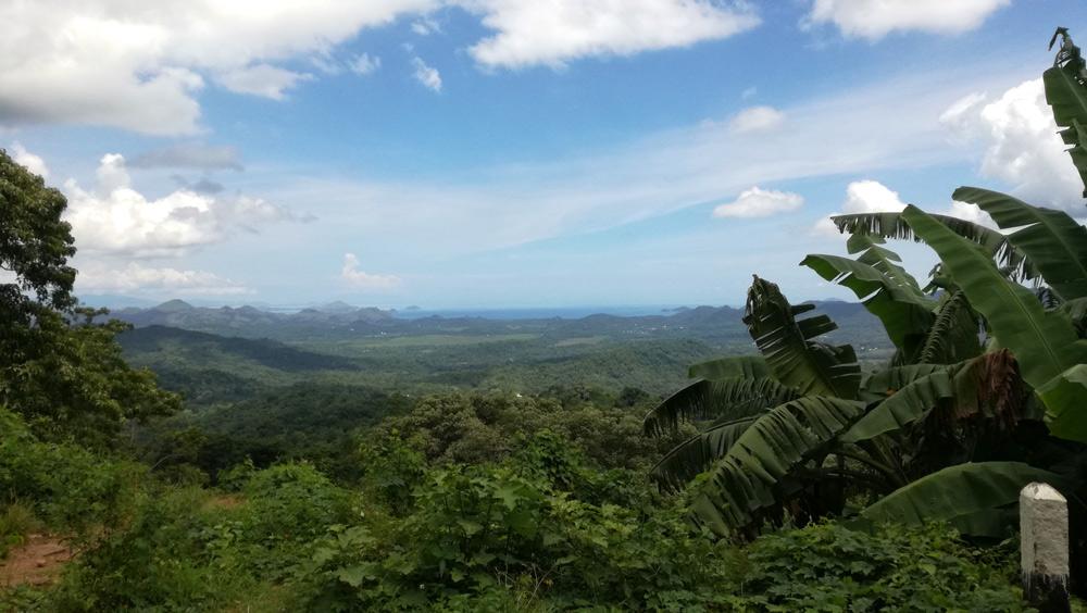 Vistas antes de llegar a Rekas. Se ve Labuan Bajo y el Parque Nacional de Komodo. RUTA ISLA DE FLORES. INDONESIA. VIAJE EN MOTO 5 ETAPAS