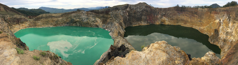 Volcán kelimuto con sus dos cráteres. Uno de color turquesa y otro de color ámbar oscuro. RUTA ISLA DE FLORES. INDONESIA. VIAJE EN MOTO 5 ETAPAS