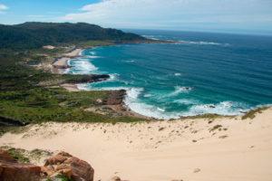 Vistas de la playa Do Trece desde su espectacular duna rampante. Las dunas más altas de Europa. Galicia