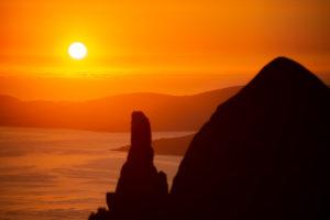 Monte Pindo y la vía láMonte Pindo al atardecer con Finisterre al fondo. .Olimpo celta a orillas de la playa de Carnota
