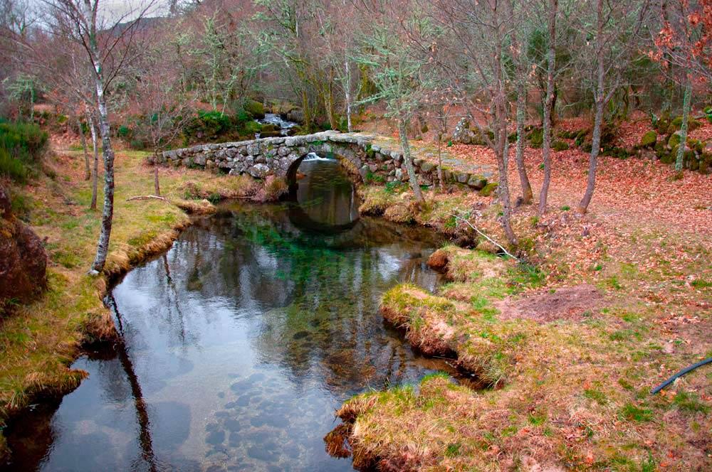 Puente sobre un rio de aguas cristalinas. Paisaje otoñal de hojas caidas. Castro Laboreiro. Un pueblo en las montañas del Gêres