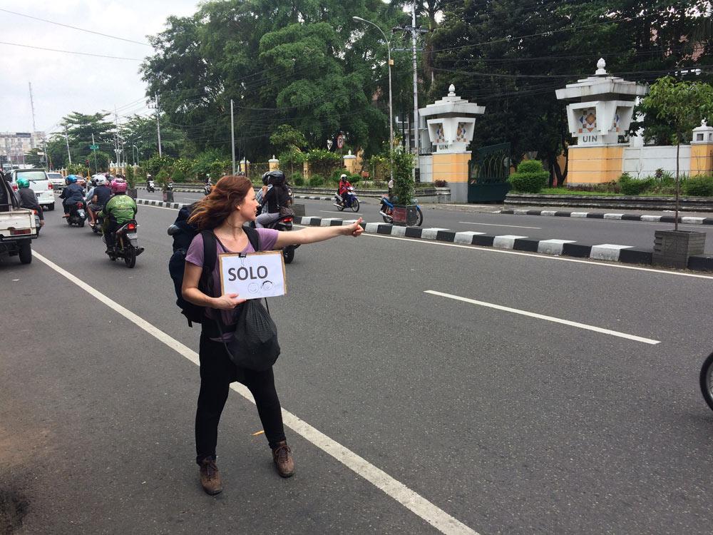 Haciendo autostop en un a carretera de Indonesia. Perder le rumbo