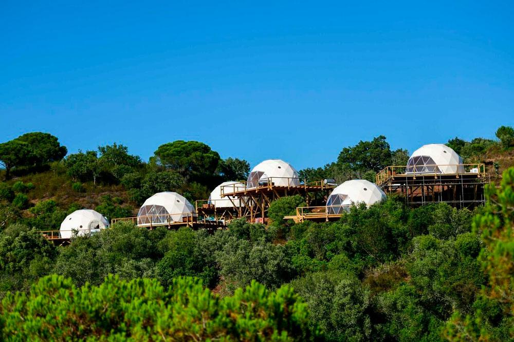 Eco house de madera y lona blanca rodeadas de verde naturaleza. 20 alojamientos originales en Portugal con encanto