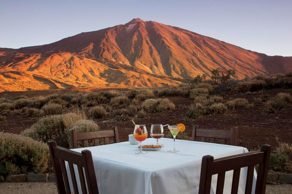 Mesa para dos comensales con unas vistas impresionantes a un volcán. 20 alojamientos originales en las Islas Canarias. Perder el Rumbo
