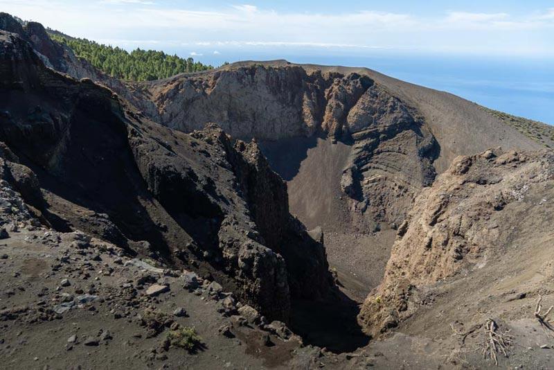 Vista del Hoyo Negro. Un hueco de grandes dimensiones que nos deja imaginar lo gande la erupción de este volcán. Ruta de los Volcanes. Perder el Rumbo