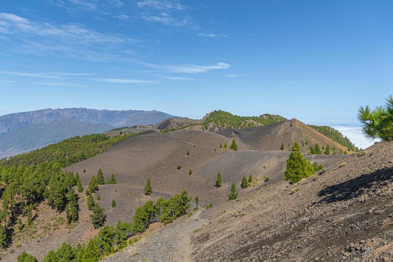 Vista de la subida de las Deseadas y a fondo el Volcán Duraznero. Ruta de los volcanes. Perder el Rumbo