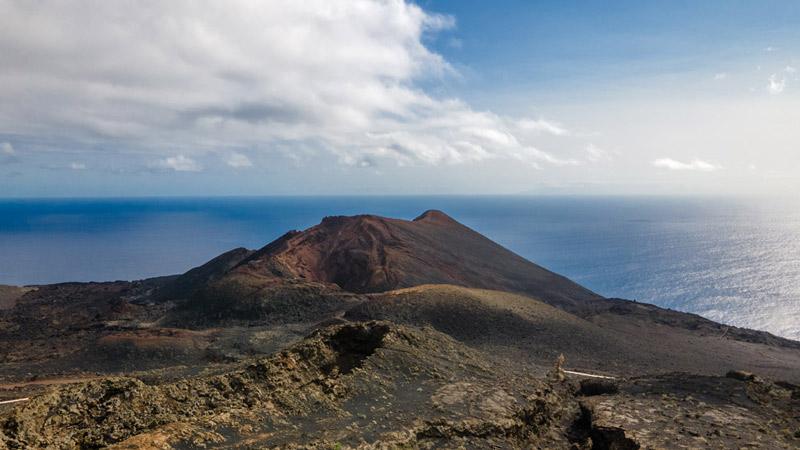 El Teneguía con el oceano al fondo. Ruta de los Volcanes. Perder el Rumbo