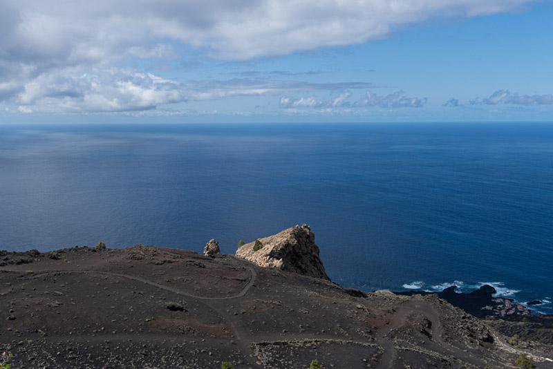 Roque de Teneguía. Su color ogre sobresale entre la arena negra volcánica. ruta de los Volcanes. Perder el Rumbo.