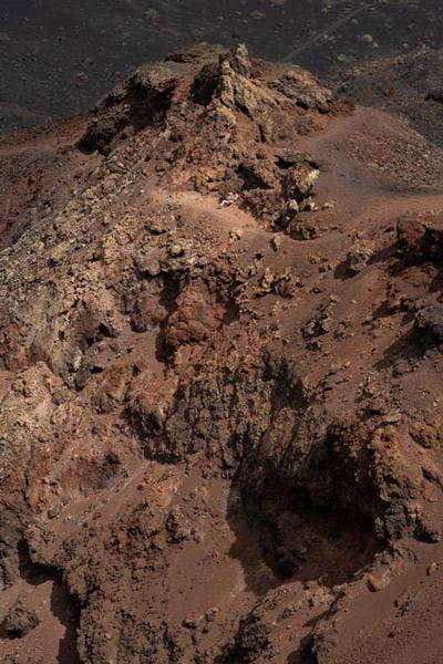 Crater del teneguía con un persona como referencia, esta se ve muy muy pequeña. Ruta de los Volcanes. Perder el Rumbo.