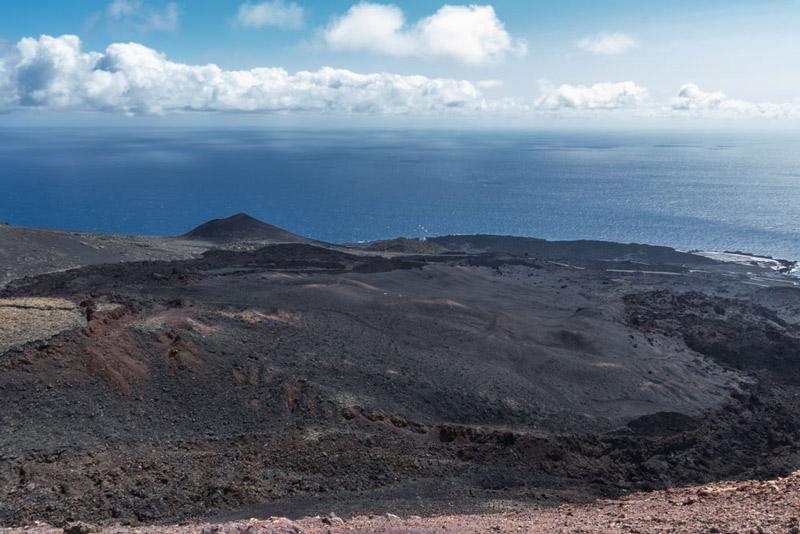 Campos de lava que llegan al mar donde se ubica el faro de Fuencaliente.Ruta de los Volcanes. Perder el Rumbo