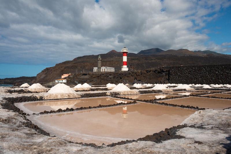 Faro de Fuencaliente con las alinas en primer término. Ruta de los Volcanes. Perder el Rumbo