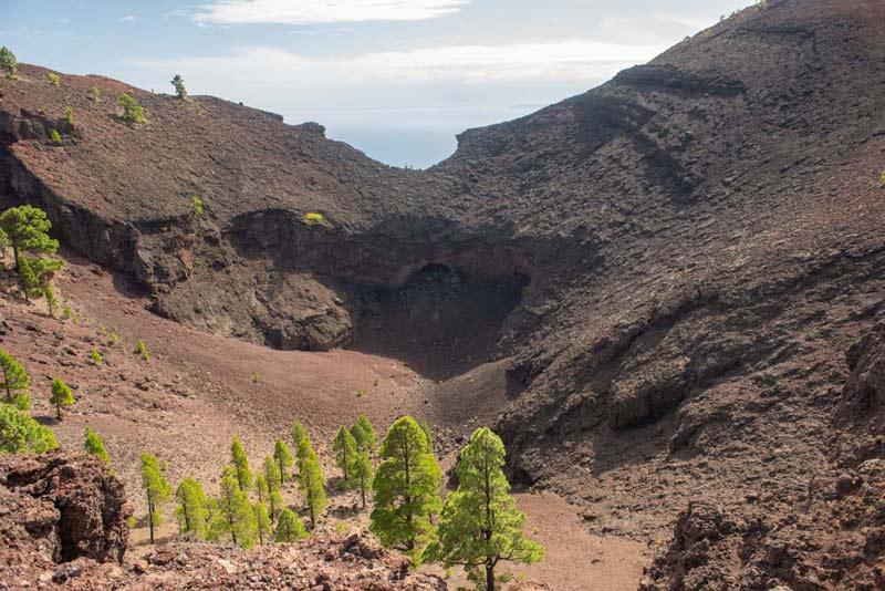Cráter del volcán Martín donde podemos ver el Hoyo Verde lugar donde se ubica un manantial. Ruta de los Volcanes. Perder el Rumbo un
