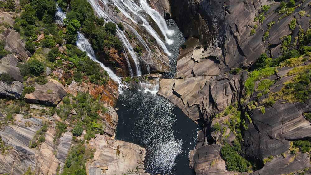 cascada a vista de dron. Cascada del Ézaro. Fervenza mágica en Galicia