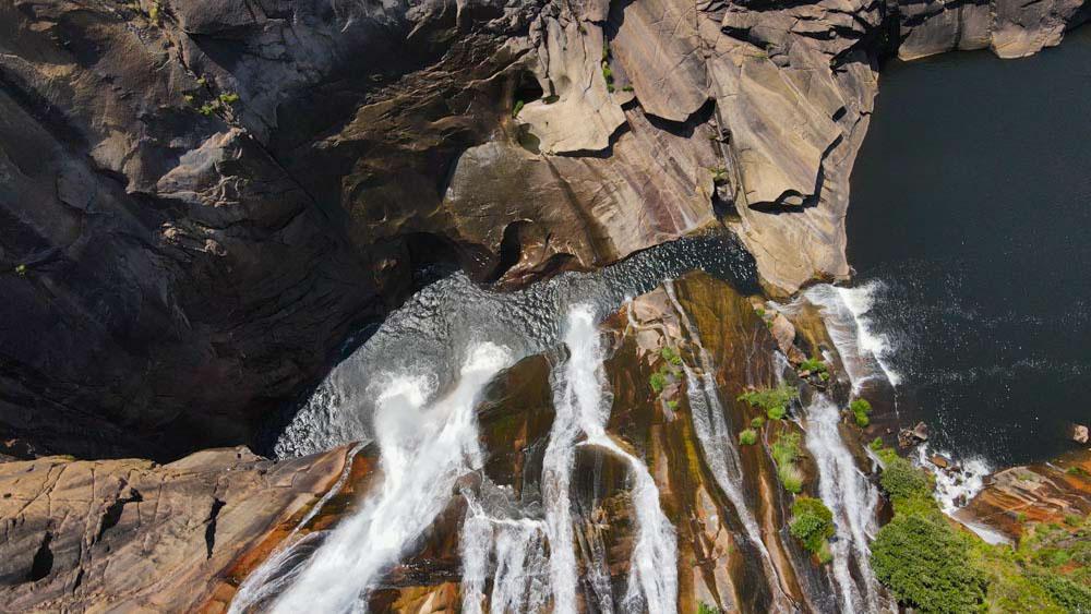 Caída de la cascada del Ézaro desde arriba. Cascada del Ézaro. Fervenza mágica en Galicia. Perder el Rumbo.