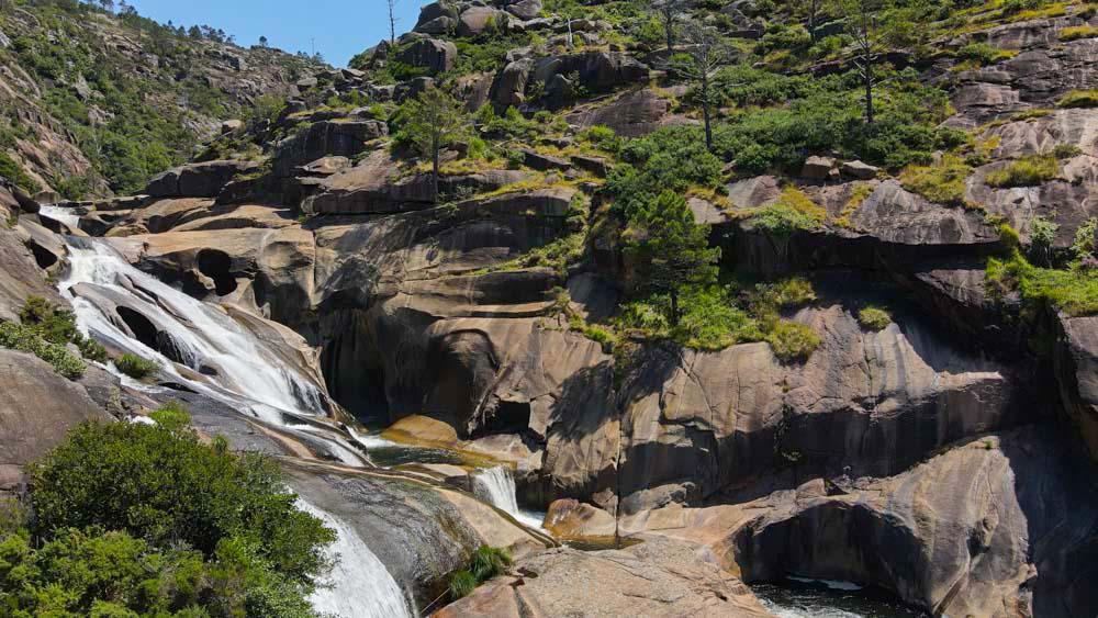 Río Xallas antes de la desembocadura. Pías y pozas en la roca. Cascada del Ézaro. Fervenza mágica en Galicia. Perder el Rumbo