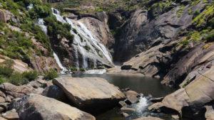 Cascada del Ézaro y cadorio, pozo que forma la fuerza del agua. Fervenza mágica en Galicia. Perder el Rumbo