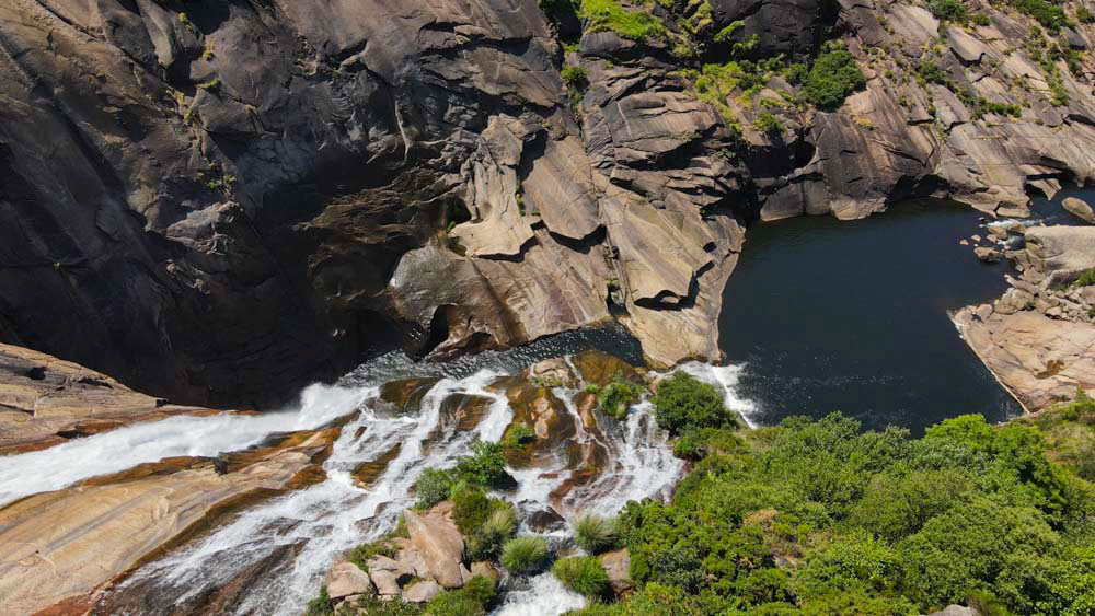 Cascada del Ézaro desde arriba, visión aérea donde divisamos los pozos que se forman por la fuerza del agua. Cascada del Ézaro. Fervenza mágica en Galicia. Perder el Rumbo