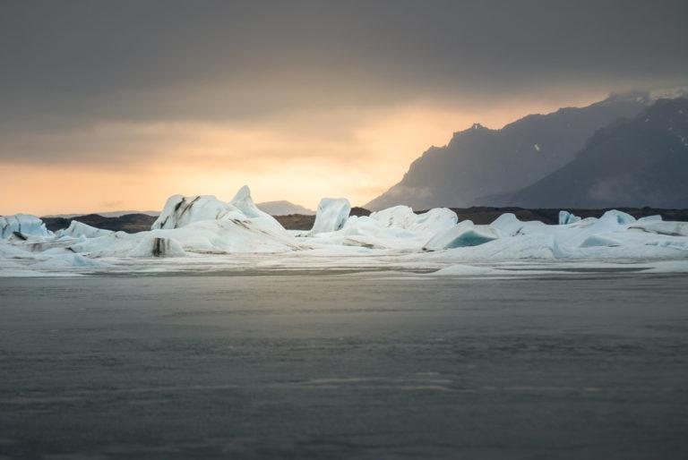 Bloques de hileo flotando en el agua en un glaciar de Islandia. Perder el Rumbo