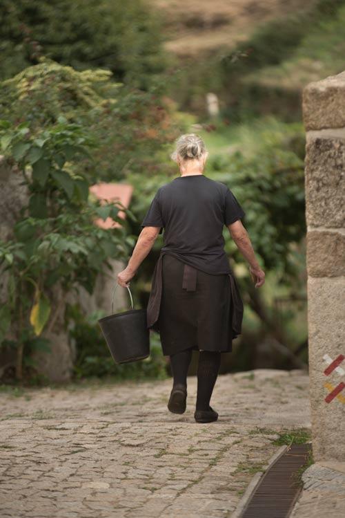 Señora típica portuguesa caminando por el pueblo de Sistelo. Un pequeño Tíbet en Portugal