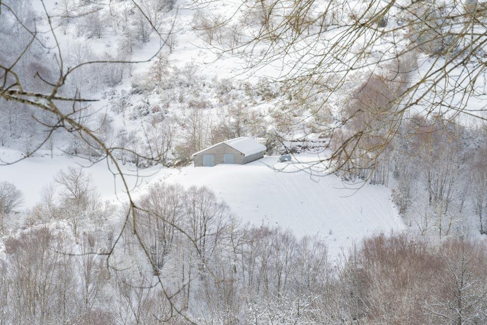 Una casita rodeada de nieve y árboles. 10 casas rurales cerca de la nieve en Galicia. Hoteles en la montaña