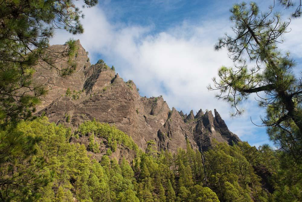 Vista de los roques en forma de sierra desde la Ruta de la Caldera de Taburiente, llamados Los agujeritos. Perder el Rumbo
