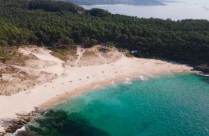 Vista aérea de la playa de Melide en Cangas do Morrazo. Playa de arena blanca y aguas cristalinas y turquesas. 20 lugares que ver en Galicia imprescindibles. Perder el Rumbo
