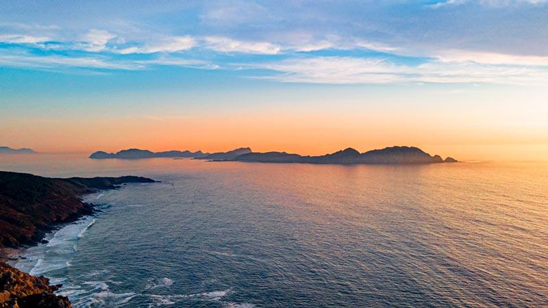 Islas Cíes desde el Monte Facho. Se ve la silueta de las ilas en una puesta de sol. 20 lugares que ver en Galicia imprescindibles. Perder el Rumbo