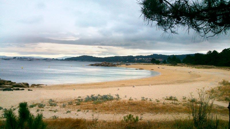 Playa de O Grove en un día con el cielo nublado y sin gente. 20 lugares que ver en Galicia imprescindibles. Perder el Rumbo