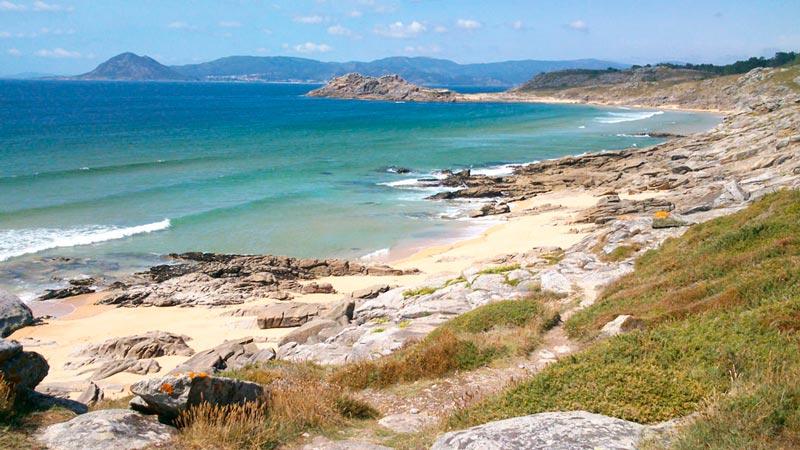 Calas de O Castro de Baroña. Día despejado y mar en calma. 20 lugares que ver en Galicia imprescindibles. Perder el Rumbo
