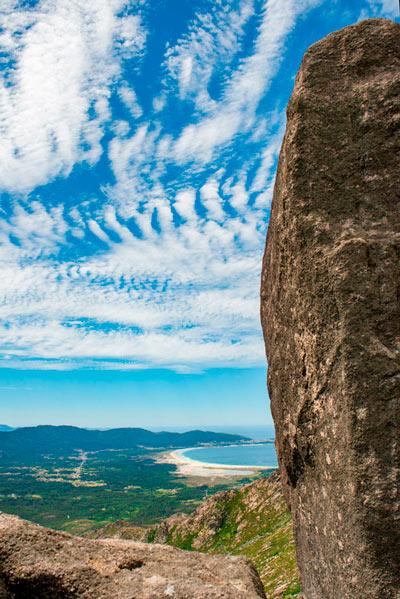 Playa de Carnota desde el Monte Pindo con un cielo azul entre pequeñas nubes. 20 lugares que ver en Galicia imprescindibles. Perder el Rumbo