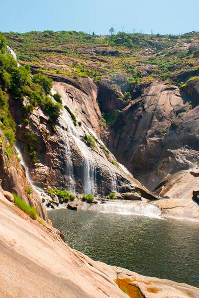 Cascada do ëzaro en un día despejado. 20 lugares que ver en Galicia imprescindibles. Perder el Rumbo