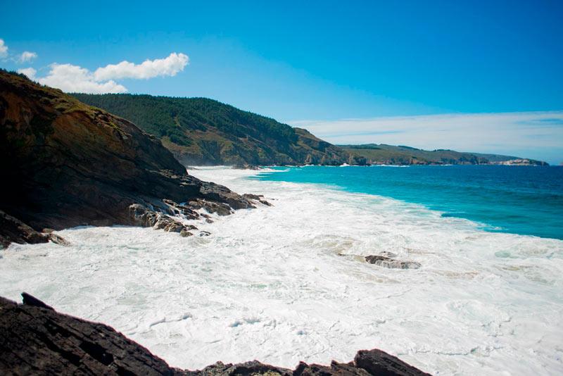 Mar bravo entre Carballo y Malpica. Se ven acantilados y al mar y el cielo azul. 20 lugares que ver en Galicia imprescindibles. Perder el Rumbo