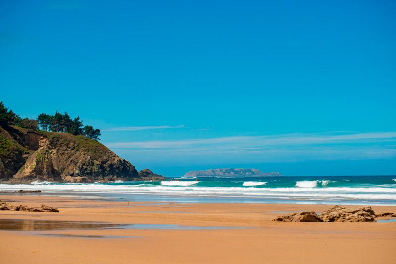 Playa das Torradas en la Costa de Carballo a Malpica en un día con el cielo totalmente azul. 20 lugares que ver en Galicia imprescindibles. Perder el Rumbo
