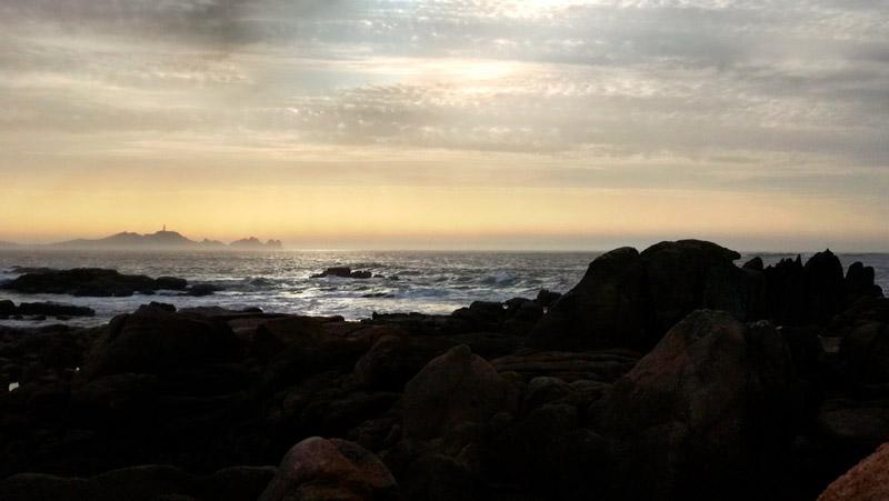 Costa da Morte, bonita puesta de sol con Cabo Vilano al fondo. 20 lugares que ver en Galicia imprescindibles. Perder el Rumbo