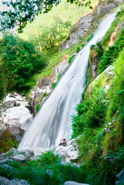 Cascada del río Belelle entre verde vegetación. 20 lugares que ver en Galicia imprescindibles. Perder el Rumbo