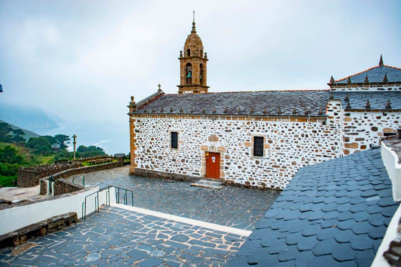 Iglesia de San Andrés de Teixido. 20 lugares que ver en Galicia imprescindibles. Perder el Rumbo