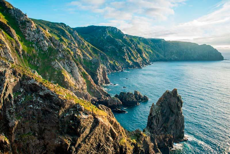 Acantilados de Cabo Ortegal en un atardecer de verano iluminados por el sol. 20 lugares que ver en Galicia imprescindibles. Perder el Rumbo