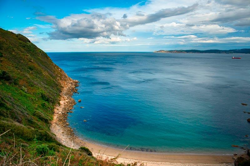 Costa de O Vicedo. Playa de Toxoso en un día de sol y nubes. 20 lugares que ver en Galicia imprescindibles. Perder el Rumbo