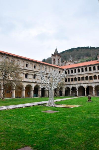 Interior del monasterio de San Estevo de Ribas de Sil. 20 lugares que ver en Galicia imprescindibles. Perder el Rumbo