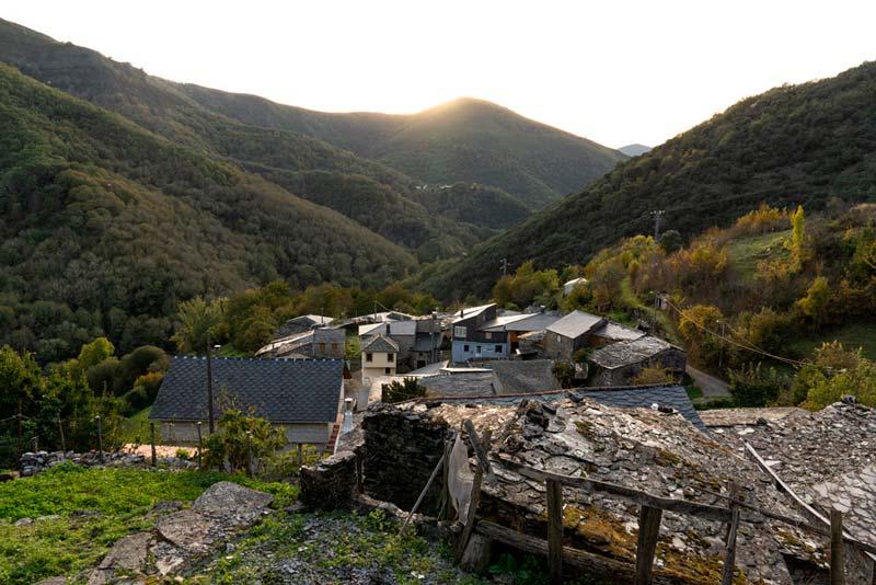 Aldea de O Courel con tejados de pizarra en un día soleado. 20 lugares que ver en Galicia imprescindibles. Perder el Rumbo