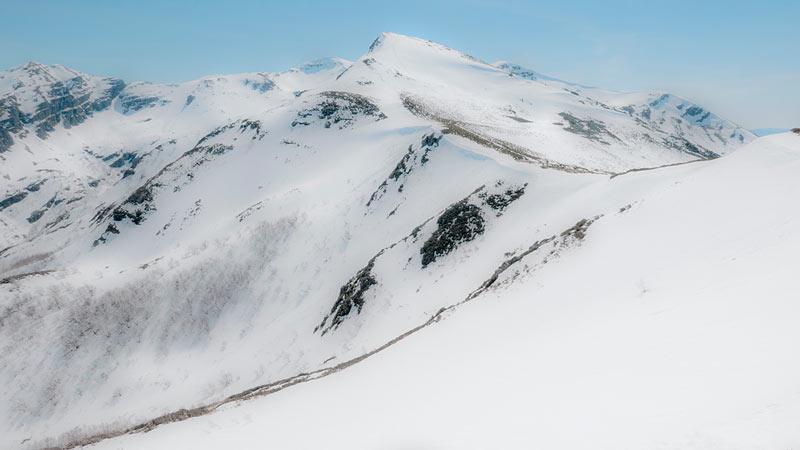 Pico nevado de Os Ancares. 20 lugares que ver en Galicia imprescindibles. Perder el Rumbo