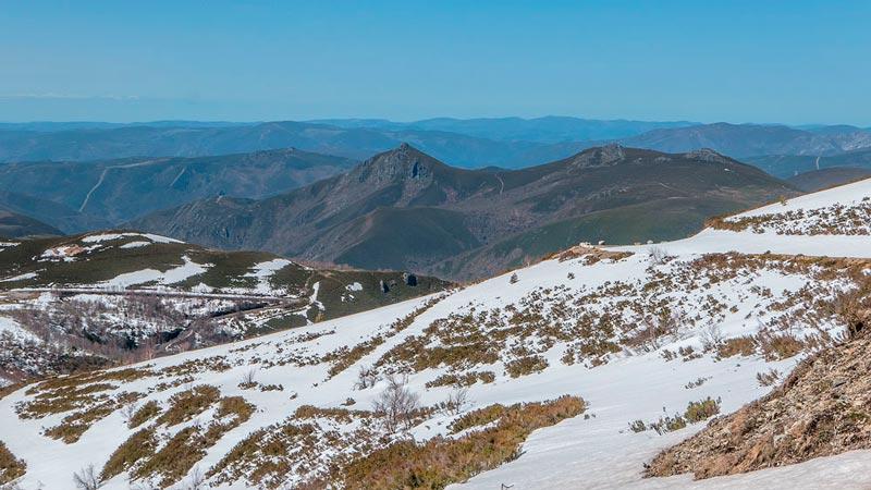 Montañas de Os Ancares, Una parte de ellas nevadas. 20 lugares que ver en Galicia imprescindibles. Perder el Rumbo