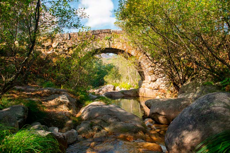 Puente en el Parque Baixa Limia Serra do Xurés. 20 lugares que ver en Galicia imprescindibles. Perder el Rumbo