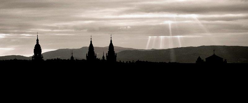Torres de la catedral de Santiago de Compostela a contraluz en una foto en blanco y negro. 20 lugares que ver en Galicia imprescindibles. Perder el Rumbo
