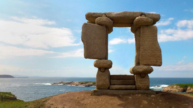 Escultura Ventana al Atlántico en A COruña con un cielo azul. 20 lugares que ver en Galicia imprescindibles. Perder el Rumbo