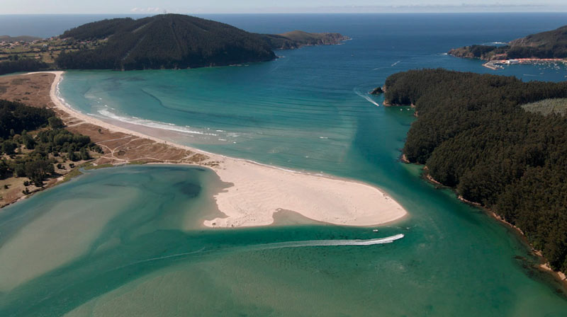 Vista aérea de la playa de Vilarrube donde se ve una lengua de arena. 20 lugares que ver en Galicia imprescindibles. Perder el Rumbo