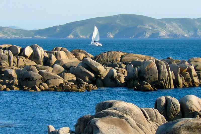 Barco de vela en O Grove cerca de Pedras Negras. 20 lugares que ver en Galicia imprescindibles. Perder el Rumbo